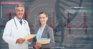 image 3D composée du portrait des médecins masculins et féminins avec des rapports médicaux images libres de droits