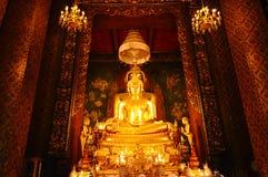 Image d'or de Bouddha enchâssée chez Wat Bowonniwet Vihara en Thaïlande photo stock