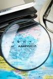 Image d'herbe de loupe sur la carte du monde Images libres de droits