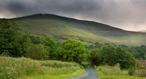 Image d'horizontal de campagne à travers aux montagnes Photographie stock