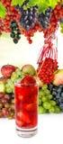 Image d'isolement d'un cocktail de fraise et d'un divers plan rapproché de légumes Photographie stock