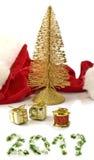 Image d'isolement de chapeau de Santa Claus et de décorations rouges de Noël Photo libre de droits