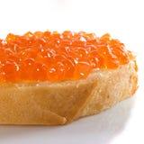 Image d'isolement de pain avec le plan rapproché rouge de caviar Photographie stock