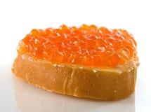 Image d'isolement de pain avec le plan rapproché rouge de caviar Photo libre de droits