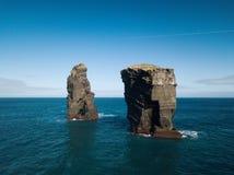 Image d'oiseaux des formations de roche sauvages au milieu de l'Océan Atlantique ouvert à côté de Mosteiros, en île de Miguel de  photo stock