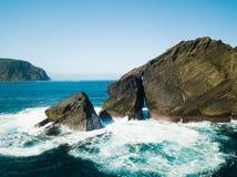 Image d'oiseaux des formations de roche sauvages au milieu de l'Oc?an Atlantique ouvert ? c?t? de Mosteiros, en ?le de Miguel de  image libre de droits