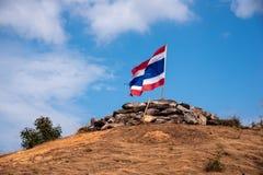 Image d'onduler le drapeau thaïlandais de la Thaïlande avec le ciel bleu et la montagne images libres de droits