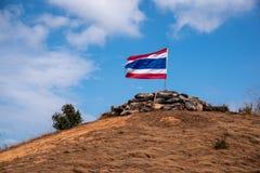 Image d'onduler le drapeau thaïlandais de la Thaïlande avec le ciel bleu et la montagne photo stock