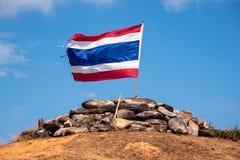 Image d'onduler le drapeau thaïlandais de la Thaïlande avec le ciel bleu et la montagne image stock