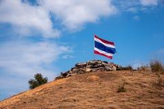 Image d'onduler le drapeau thaïlandais de la Thaïlande avec le ciel bleu et la montagne photographie stock libre de droits