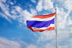 Image d'onduler le drapeau thaïlandais de la Thaïlande avec le fond de ciel bleu photographie stock