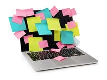 Image d'ordinateur portable complètement des rappels collants colorés de notes sur l'éboulis Photographie stock
