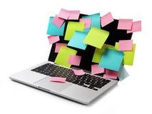 Image d'ordinateur portable complètement des rappels collants colorés de notes sur l'éboulis Photo stock