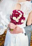 Image d'un bouquet coloré tenu par des jeunes mariés photos libres de droits