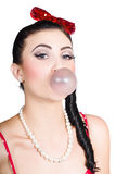 Image d'un bubble-gum de soufflement de fille de pin-up Photographie stock libre de droits