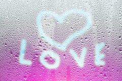 Image d'un coeur et un point d'interrogation sur une fenêtre misted humide Emo Image libre de droits