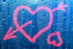 Image d'un coeur et un point d'interrogation sur une fenêtre misted humide Emo Image stock