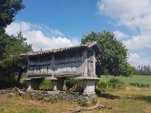 Image d'un horreo galicien dans un village rural image libre de droits