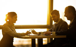 Image d'une équipe d'affaires discutant les derniers bilans financiers Image libre de droits