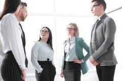 Image d'une équipe moderne d'affaires discutant de nouvelles idées photo stock