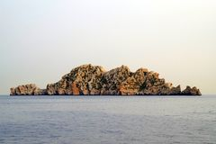 Image d'une île d'isolement dans l'océan avec de belles couleurs et végétation très petite qui montre un climat dur images stock