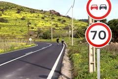 Image d'une couche de surface avec un tour pointu et de deux cyclistes dans la distance image stock