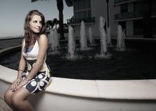 Image d'une femme seul s'asseyant photographie stock libre de droits