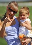 Petite fille avec sa mère Image libre de droits