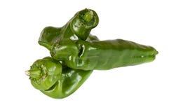 Image d'une pile des poivrons verts organiques au-dessus d'un wh Photos stock