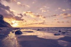 Image d'une plage un coucher du soleil photos libres de droits