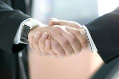 Image d'une prise de contact entre deux hommes d'affaires Photos libres de droits