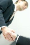 Image d'une prise de contact entre deux hommes d'affaires Image libre de droits