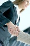 Image d'une prise de contact entre deux personnes d'affaires Photographie stock libre de droits