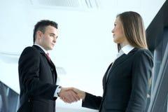 Image d'une prise de contact entre deux personnes d'affaires Images stock