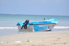 Image de bateau sur la plage images stock