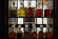 Image de belles bouteilles de parfum cristal sur les étagères d'un négociant photographie stock