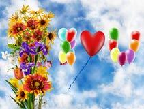 Image de belles fleurs et de ballons colorés sur le fond de ciel Images stock