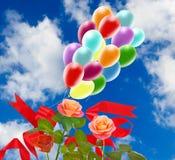 Image de belles fleurs et de ballons colorés sur le fond de ciel Image stock