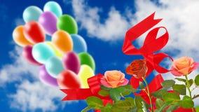 Image de belles fleurs et de ballons colorés sur le fond de ciel Photographie stock libre de droits