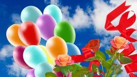 Image de belles fleurs et de ballons colorés sur le fond de ciel Photo libre de droits