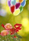 Image de belles fleurs et de ballons colorés sur le fond de ciel Photos libres de droits