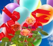 Image de belles fleurs et de ballons colorés sur le fond de ciel Images libres de droits