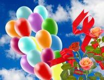 Image de belles fleurs et de ballons colorés sur le fond de ciel Photo stock