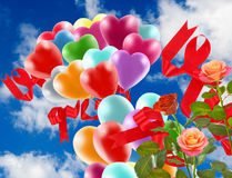 Image de belles fleurs et de ballons colorés sur le fond de ciel Photos stock