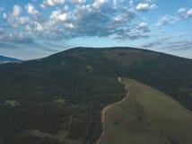 image de bourdon vue aérienne de secteur de montagne rural en Slovaquie, vil photographie stock