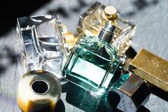 Image de bouteille de parfum au soleil - photos stock