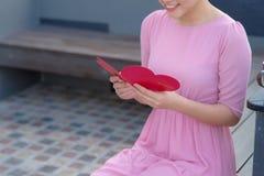 Image de carte postale romantique de belle lecture femelle heureuse avec b Photographie stock