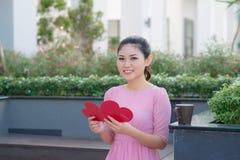 Image de carte postale romantique de belle lecture femelle heureuse avec b Photo stock