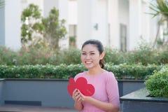 Image de carte postale romantique de belle lecture femelle heureuse avec b Images stock