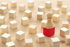 Image de chiffre d'échecs se tenant sur un dessus de pyramide Affaires, concurrence, stratégie, direction et concept de succès Photos libres de droits